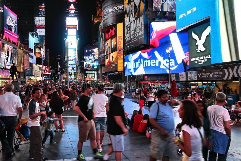Download Nuit de Times Square image stock éditorial. Image du moderne - 77163404