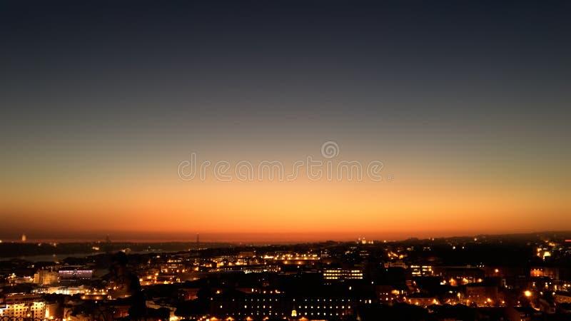 Nuit de ville du point de vue sur la colline au beau sunse image stock