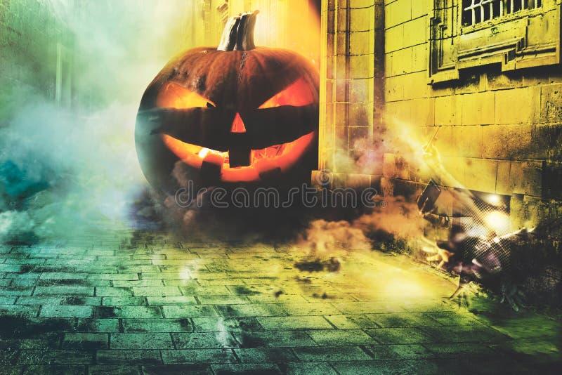 Nuit froide de Halloween dans la ville images libres de droits