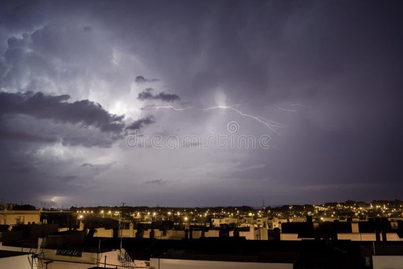 Nuit orageuse dans Puerto vrai photographie stock