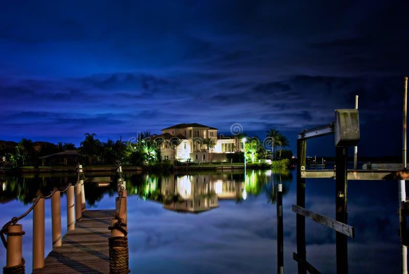 Nuit sur l'eau image libre de droits
