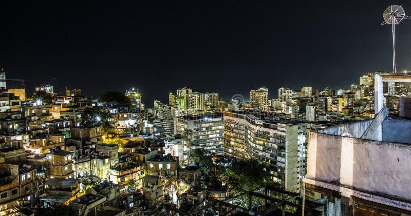 Nuit sur la colline du cantagalo images stock
