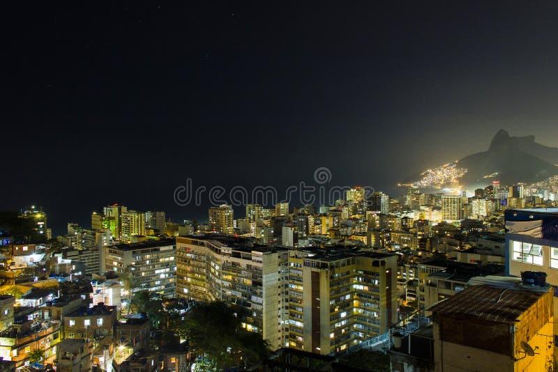 Nuit sur la colline du cantagalo photographie stock libre de droits