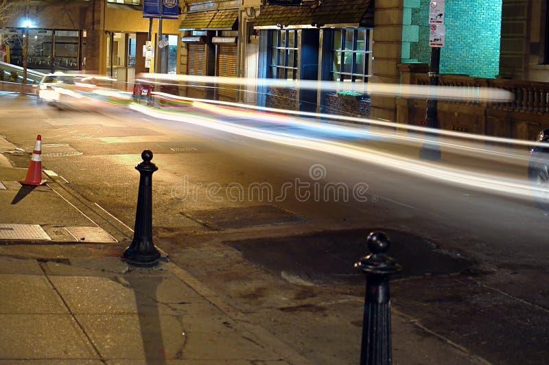 Nuit sur la rue de balise avec les traînées légères photographie stock