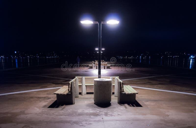 Nuit sur un pilier isolé à Halifax, Nova Scotia Lumières de ville de Halifax à travers le port images libres de droits