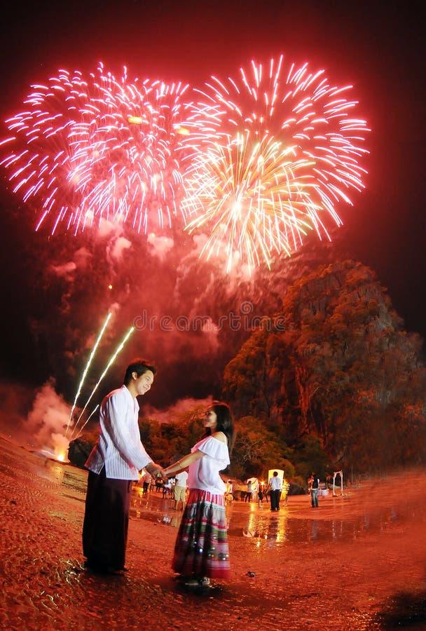 Nuit thaïlandaise de lampes - couple asiatique photos libres de droits