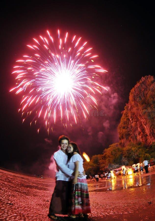 Nuit thaïlandaise de lampes - couple asiatique photographie stock libre de droits
