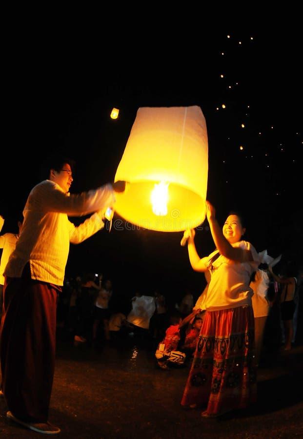 Nuit thaïlandaise de lampes - laissez-les aller ! photo libre de droits