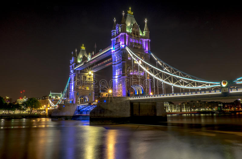 Nuits de pont de tour image stock
