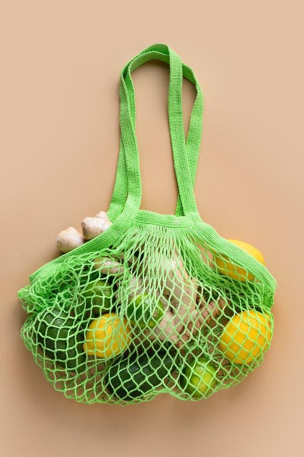 Nul afval Gezonde vegangoederen, maaszak, gember, salade, groenten Duurzame levensstijl Weergeven vanaf boven stock foto's