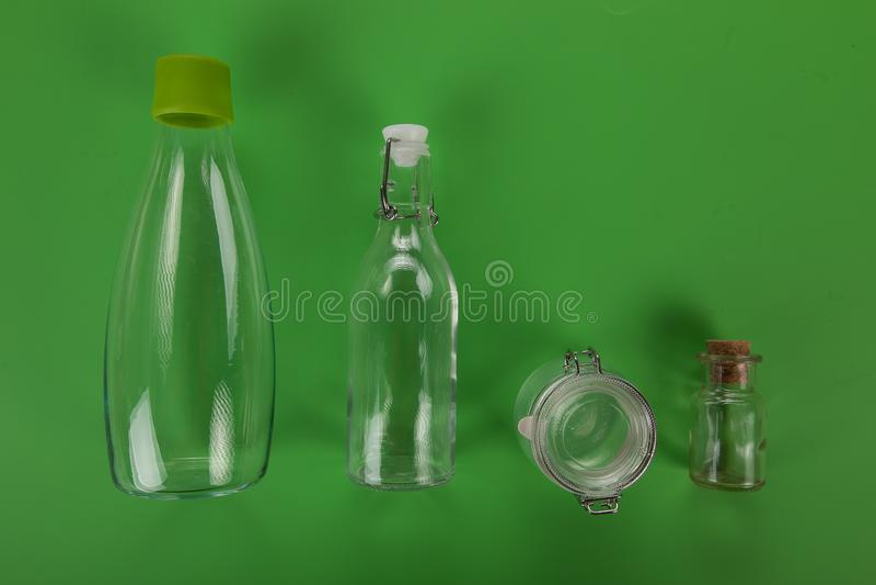 Nul Afval, plastic vrij, leeg glas op groene achtergrond stock afbeeldingen