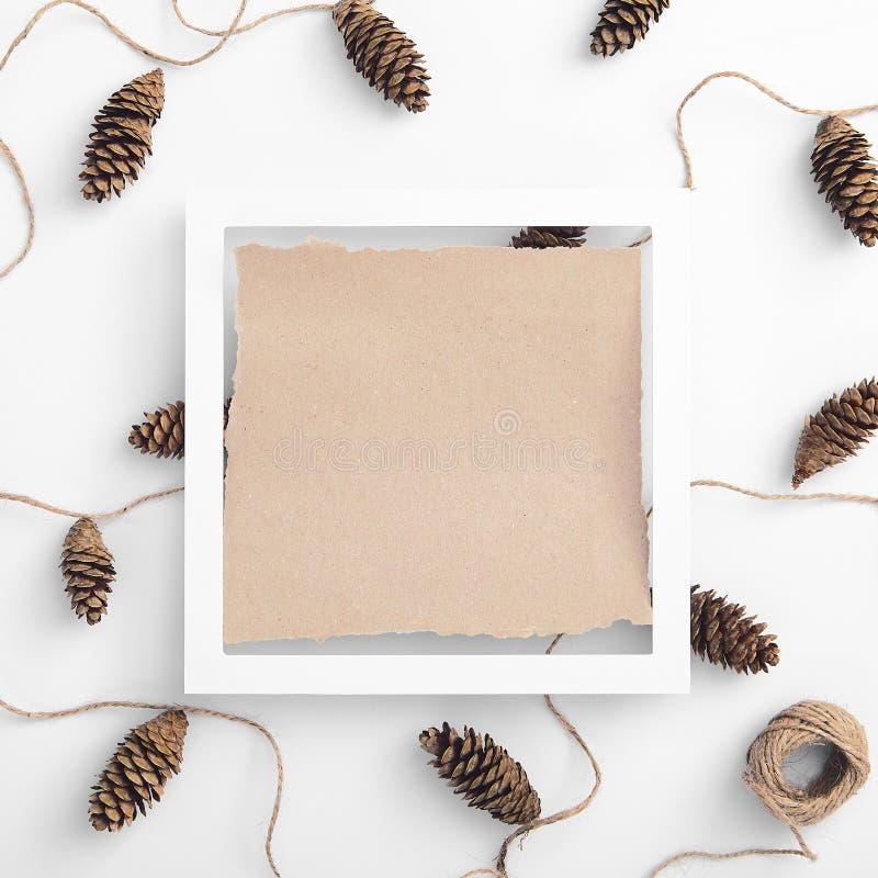 Nul afval van kerstgarland gemaakt van pijnboomkuit en natuurlijk jute twijn stock afbeelding
