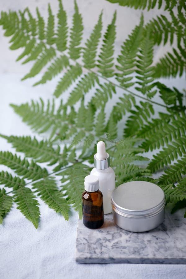 Null überschüssige Naturkosmetikprodukte auf Marmorschreibtisch, organisches plantbased kosmetisches Konzept, umweltfreundlicher  lizenzfreie stockbilder