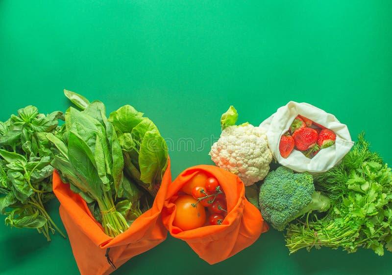 Null überschüssiges Einkaufen auf grünem Hintergrund stockfotografie
