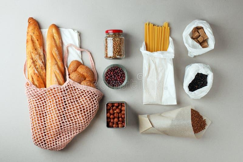 Null Einkaufen des ?bersch?ssigen Lebensmittels eco nat?rliche Taschen und Glasgef?? mit Nahrung, eco freundlich, flache Lage St? stockfotografie