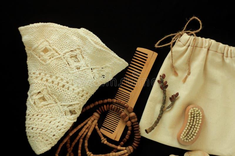 Nullabfall women& x27; s-Zusätze, natürliche Bürste, hölzerner Haarkamm und Perlen, Strohhut, wiederverwendbare Baumwollhandgemac stockfotografie