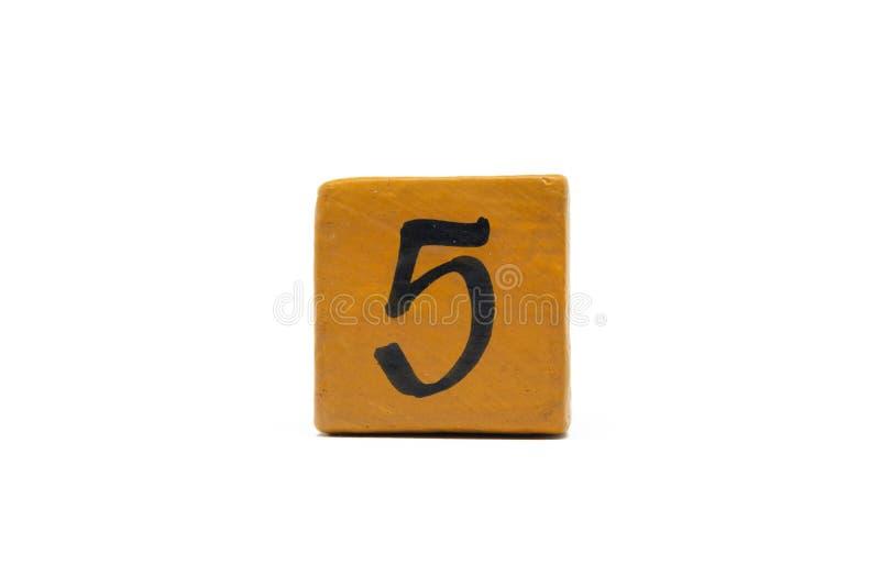 Numéro cinq sur le cube de matériel en bois d'isolement sur le fond blanc image libre de droits