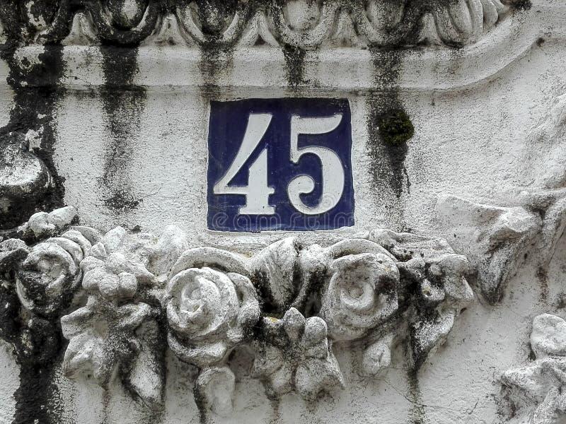 Numéro 45 dans la plaque de rue photo stock