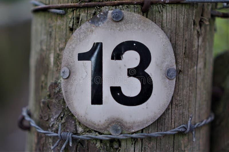 Num?ro 13 dans le conseil form? par cercle photos stock