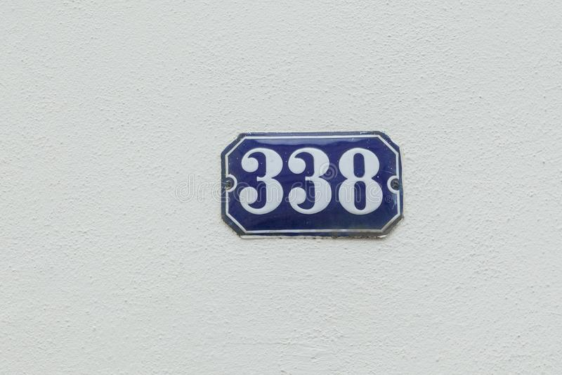 Numéro de maison 338 au mur images libres de droits