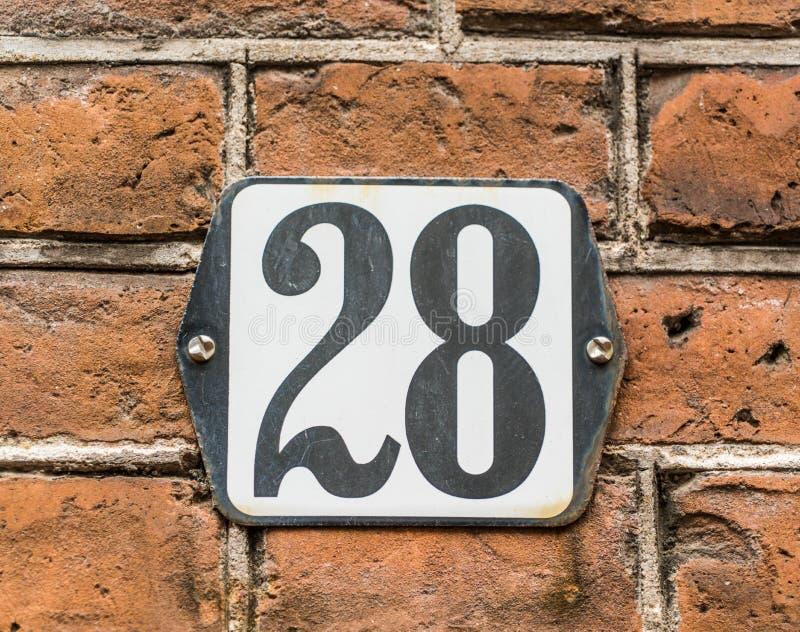Numéro de maison 28 sur le mur de briques néerlandais traditionnel image libre de droits
