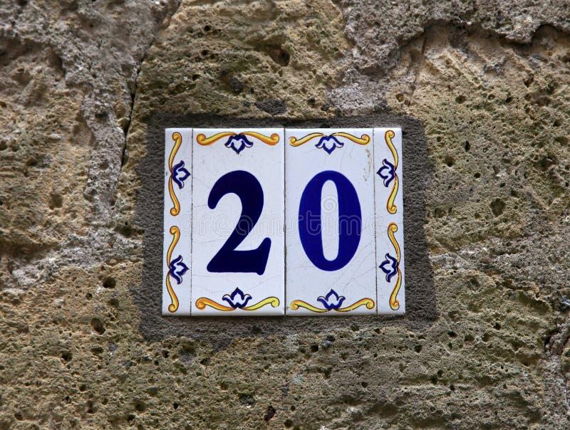 Numéro de maison vingt 20 : carreaux de céramique avec les chiffres bleus sur le vieux mur en pierre photographie stock libre de droits