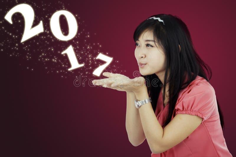 Numéro de soufflement 2017 de jeune femme photos stock