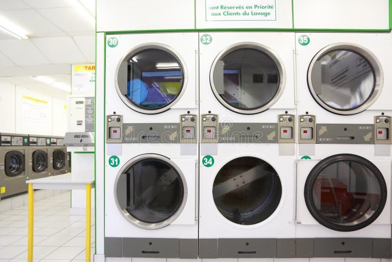 Numéro des machines à laver blanches et grises image stock