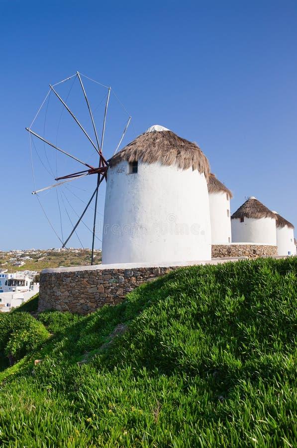 Numéro des moulins à vent sur un flanc de coteau photos stock