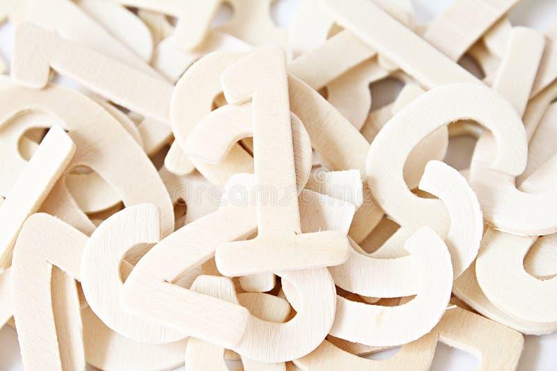 Numéro en bois un sur des nombres en bois dispersés image libre de droits