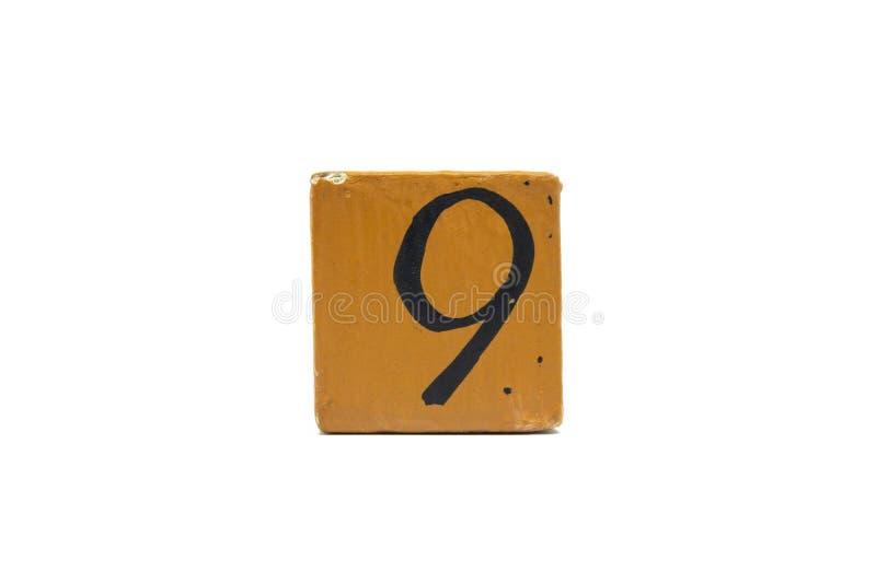 Numéro neuf sur le cube de matériel en bois d'isolement sur le fond blanc photo libre de droits
