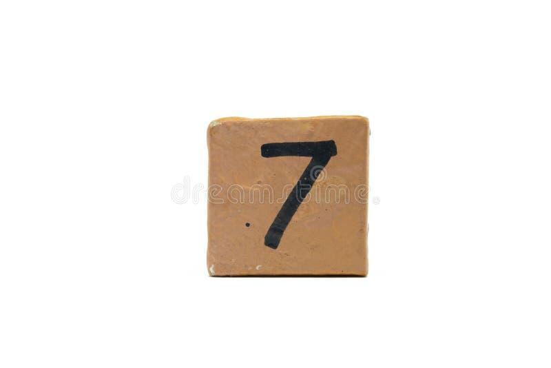 Numéro sept sur le cube de matériel en bois d'isolement sur le fond blanc image libre de droits
