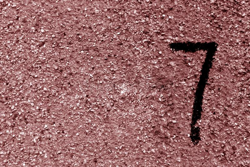 Numéro sept sur le mur sale brun de ciment images libres de droits