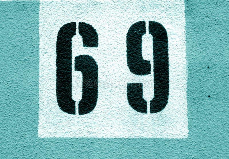 Numéro 69 sur le mur de ciment dans le pochoir dans le ton cyan illustration libre de droits