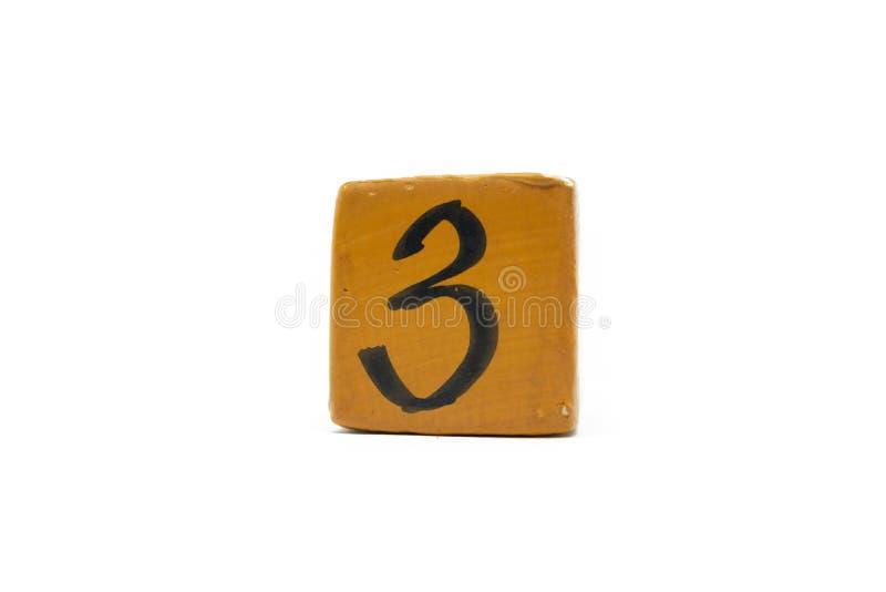Numéro trois sur le cube de matériel en bois d'isolement sur le fond blanc photographie stock