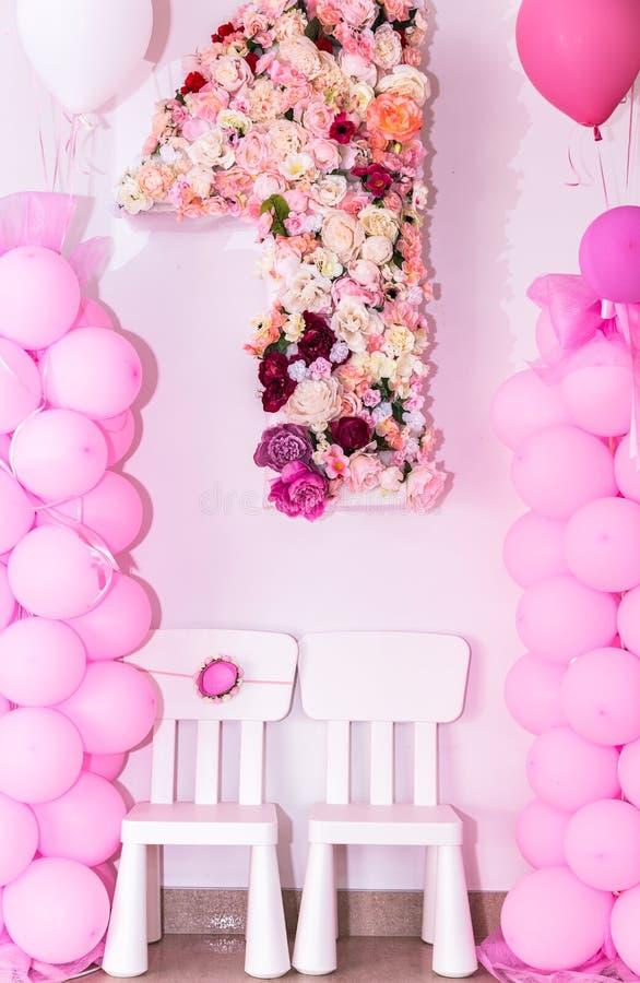 Numéro un décoré avec différentes fleurs colorées photo libre de droits