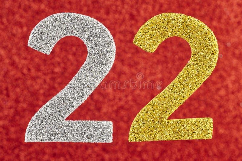 Numéro vingt-deux or argentés au-dessus d'un fond rouge anniversaire photos libres de droits