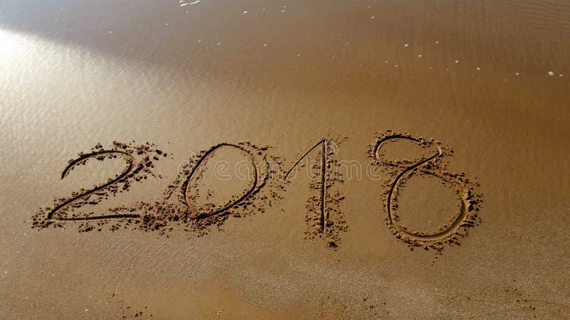Numéros 2018 tirés dans la plage photographie stock libre de droits