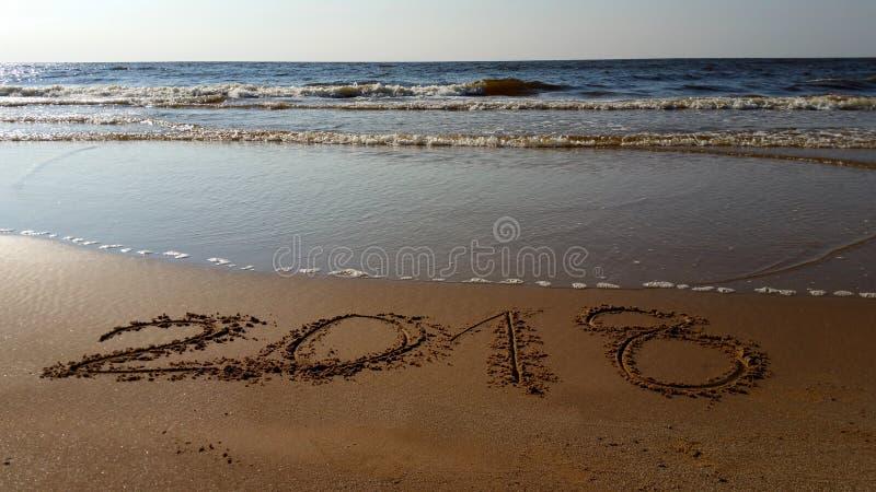 Numéros 2018 tirés dans la plage photos stock