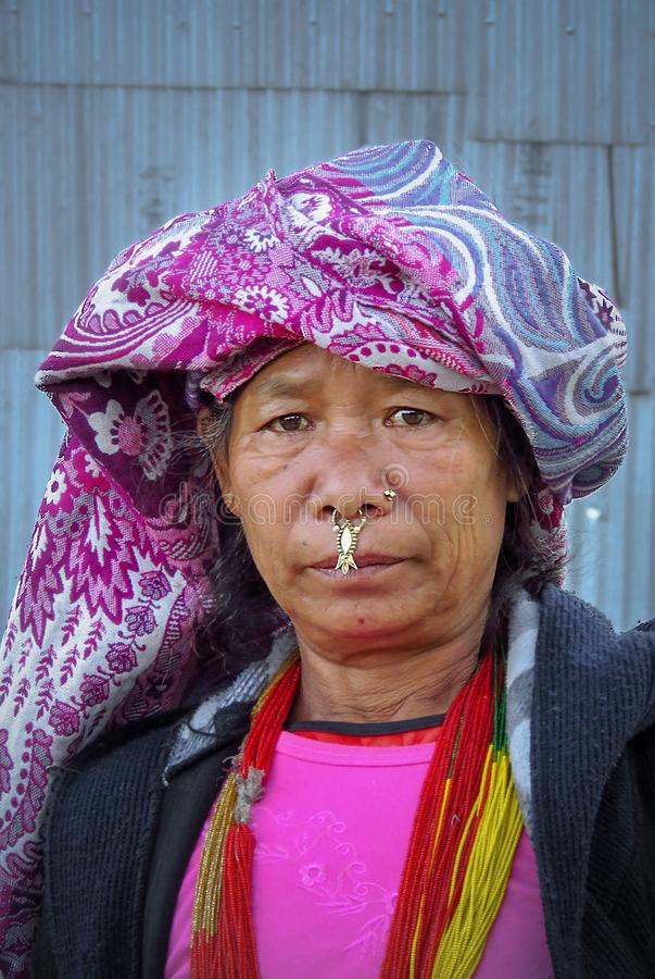 NUM, РАЙОН SANKHUWASABHA, НЕПАЛ - 11/17/2017: Портрет непальской женщины в традиционных одеждах и нося ювелирных изделиях носа стоковое фото