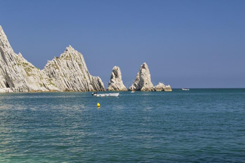 Numana - οφειλόμενος κόλπος Sorelle - άσπρη ακτή με το μπλε ουρανό και τη θάλασσα Για την έννοια θερινών διακοπών στοκ φωτογραφία με δικαίωμα ελεύθερης χρήσης