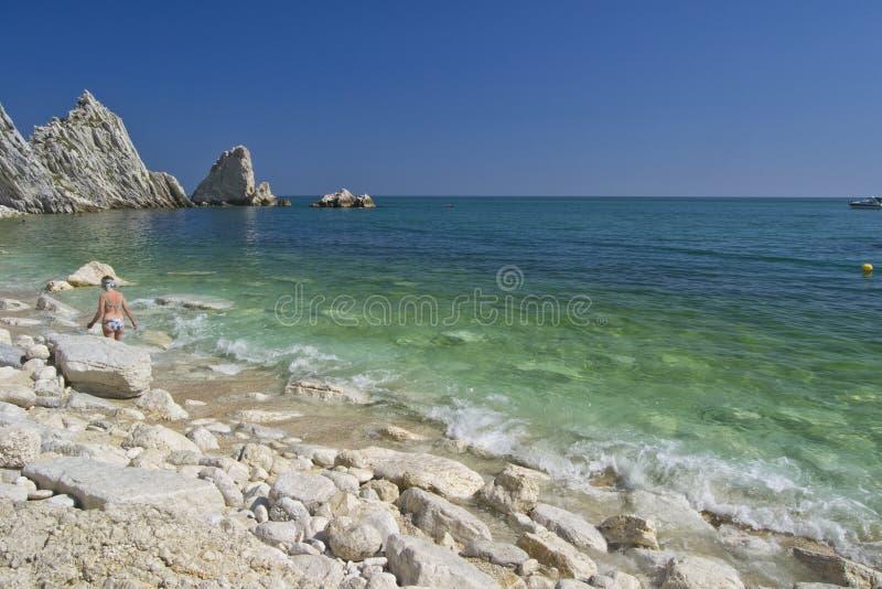 Numana - οφειλόμενος κόλπος Sorelle - άσπρη ακτή με το μπλε ουρανό και τη θάλασσα Για την έννοια θερινών διακοπών στοκ εικόνα με δικαίωμα ελεύθερης χρήσης