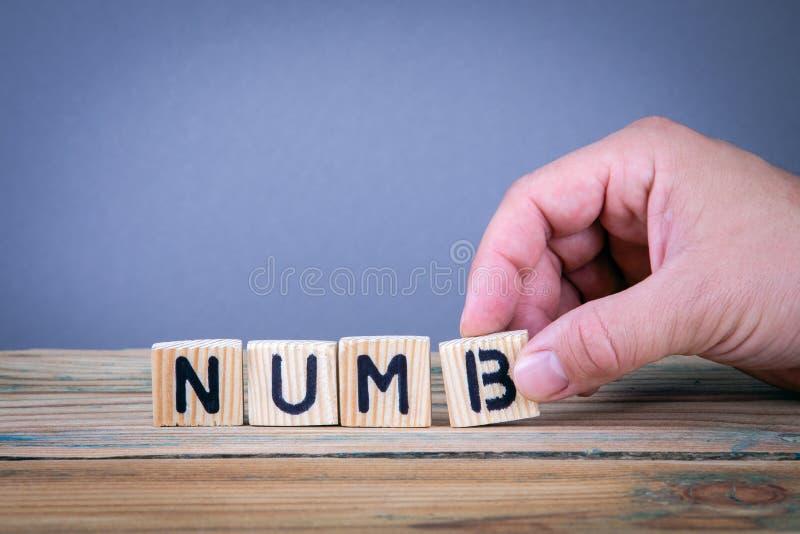 numb Letras de madeira na mesa de escritório imagem de stock