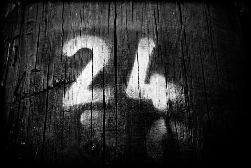 Numer dwadzieścia cztery na drewnianym słupie zdjęcie royalty free