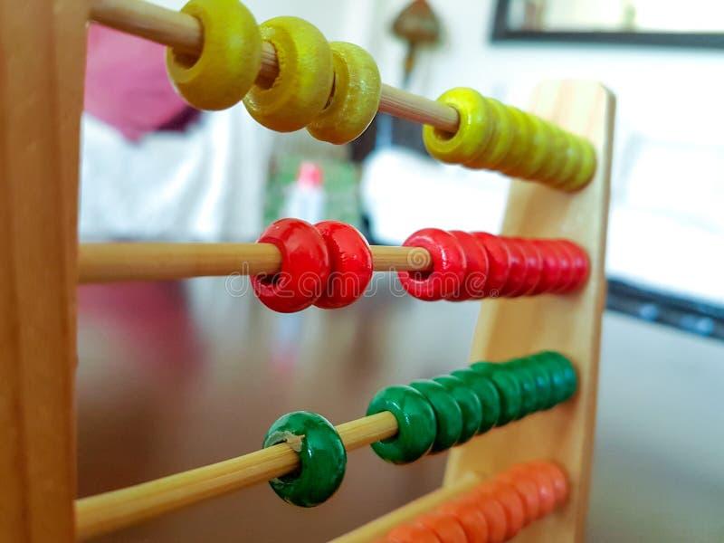 Numeração da criança do ábaco e aprendizagem do jogo matemático fotografia de stock
