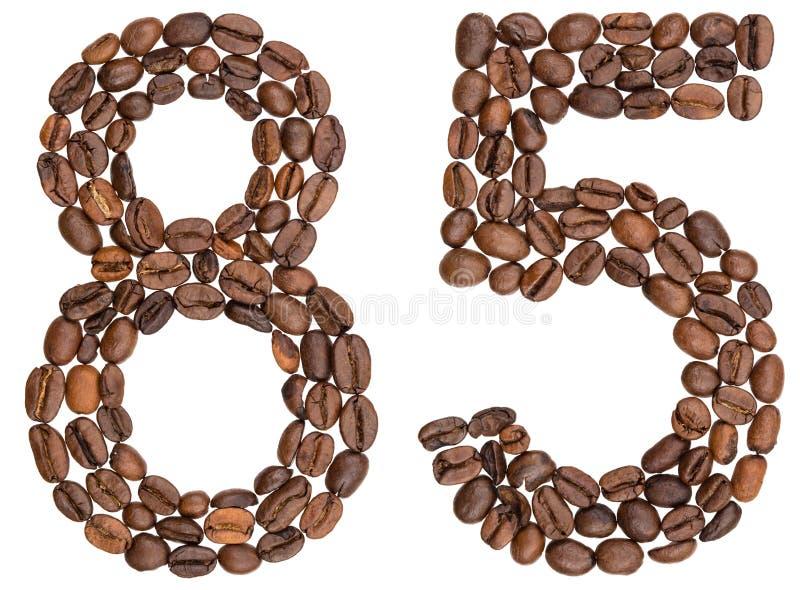 Numeral árabe 85, oitenta e cinco, dos feijões de café, isolados em w fotos de stock royalty free