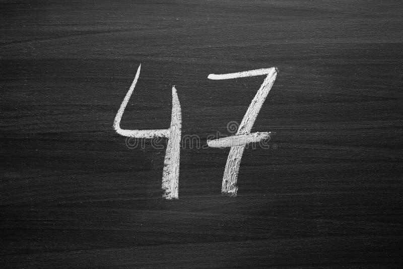 Numere quarenta e sete enumerações escritas com um giz no quadro-negro fotografia de stock royalty free