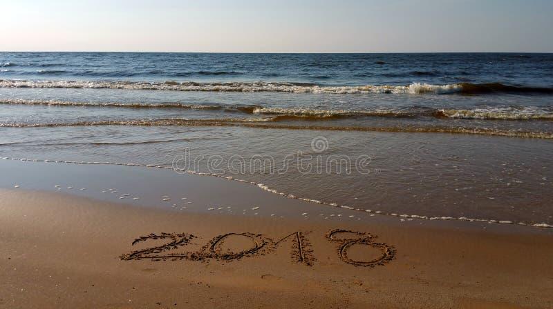 Numeri 2018 assorbiti la spiaggia immagini stock