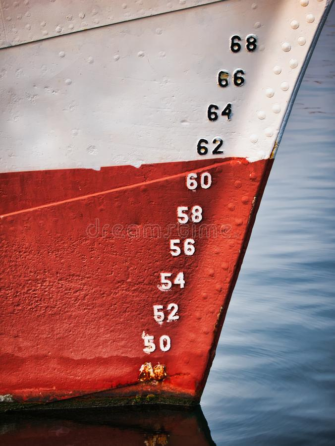 Numeri del primo piano che rappresentano i livelli dell'acqua sulla nave in mare fotografia stock libera da diritti