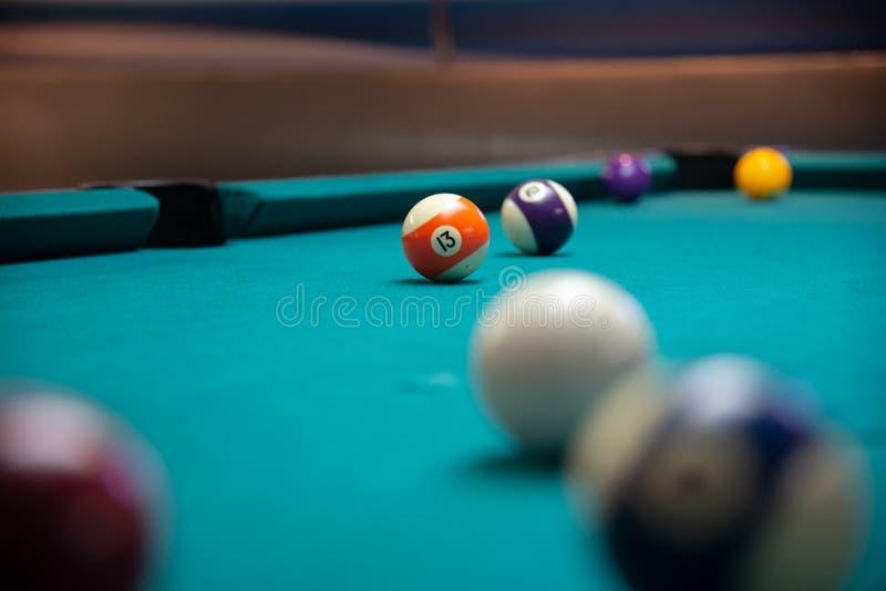 Numeri il biliardo della palla 13 e un'altra palla sulla tavola blu fotografie stock